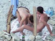Porno på stranden med en kæreste gør oralsex