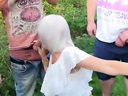 En bedstemor suger mange pikke udendørs