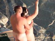 En nudist par gør sex på stranden voyeur