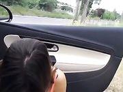 Oral porno med kæreste uden for bilen på vejen