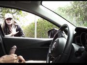 Pigen ser på en mand onanerer i sin bil