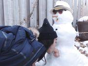Pige laver sex med snemanden udendørs på et offentligt sted