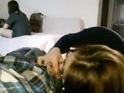 Kæreste gør en blowjob til kæresten, mens hendes værelseskammerat er der