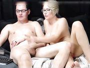 En dejlig kone gør en blowjob foran webcam
