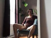 En liderlig mor onanerer hjemme og filmer